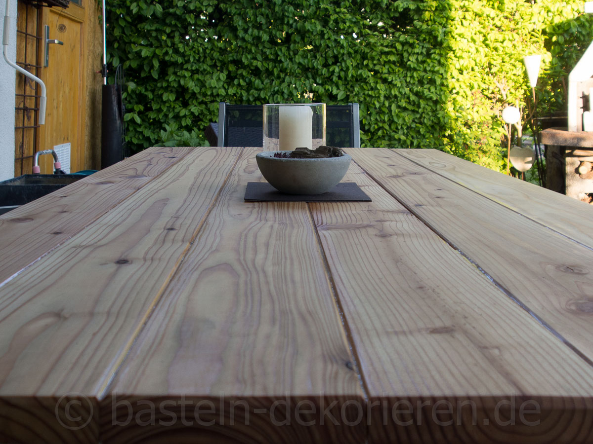 diy gartentisch aus holz basteln und dekorieren. Black Bedroom Furniture Sets. Home Design Ideas